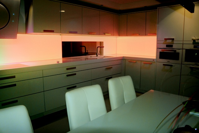 glazen keukenwand met oranje ledverlichting keukenglas. Black Bedroom Furniture Sets. Home Design Ideas