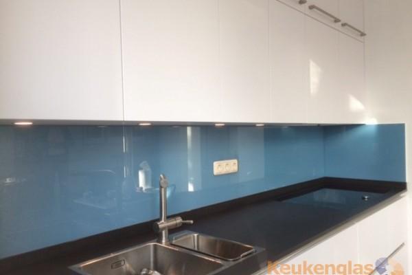 Blauwe glazen spatwand kleur RAL 5024