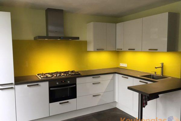 Strakke Witte Keuken In Oisterwijk : ... spatwand lichtblauw glas in ...
