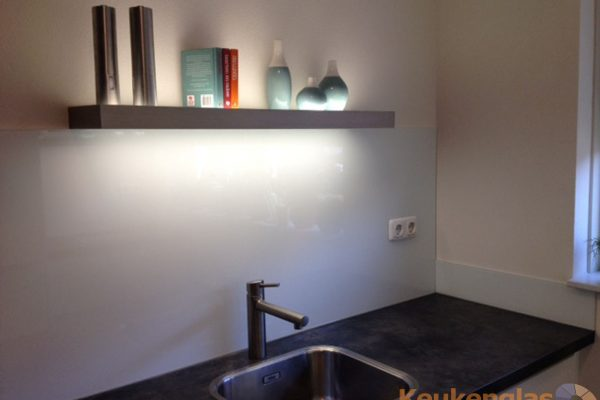 Witte spatwand van glas in keuken Zevenbergen