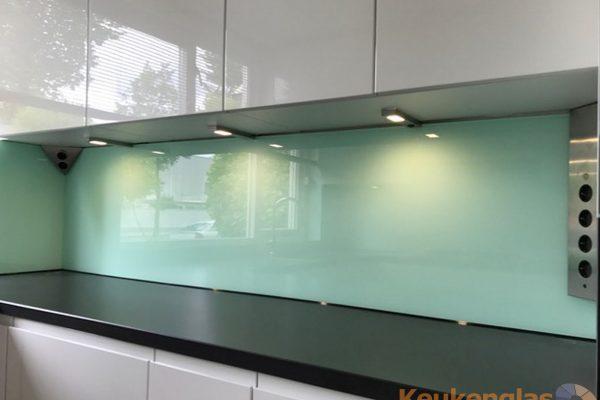 Mintgroene spatwand van glas
