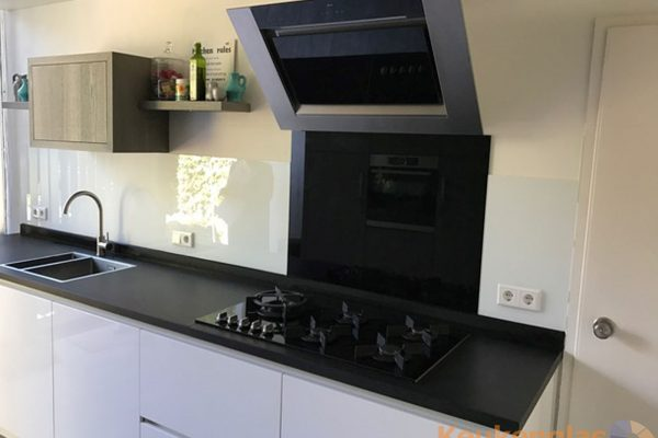 Witte spatwand gecombineerd met zwart glas