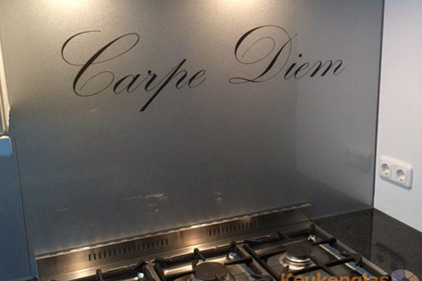 Achterwand kookplaat tekst Carpe Diem